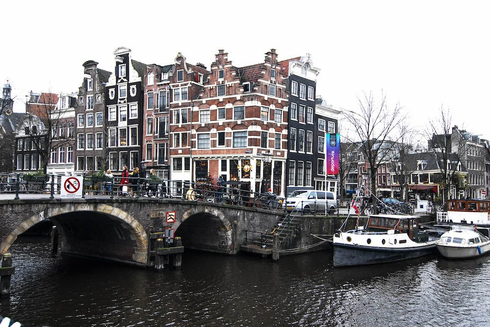 When we went on a Daytrip to Amsterdam with the I Amsterdam City Card we also took beautiful photos of the herenhuizen en canals. This photo is taken at the corner of Brouwersgracht and Prinsengracht. The café that is pictured is the Papeneiland café. The Papeneiland café is a popular spot for people to take a photo, since it's very photogenic with the beautiful Amsterdam Canals. Iamsterdam city card