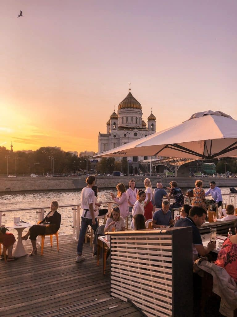For a great view over the Moscow River and christ the saviour cathedral while sipping on a cocktail, you should definitely go to Strelka Bar in Moscow. The perfect time to visit Strelka Bar is during the sunset.