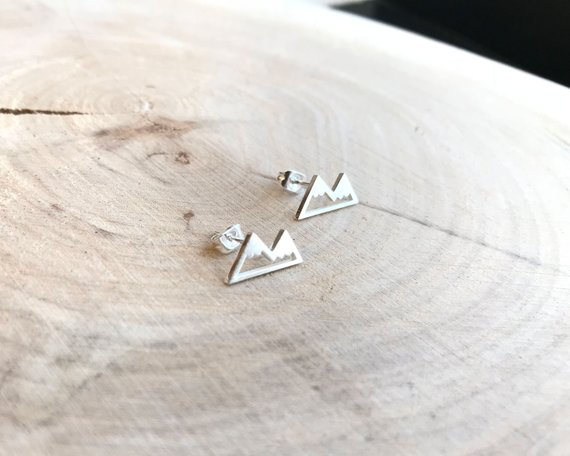 These stud earrings in the shape of a mountain are the perfect travel inspired jewellery to give to a traveller! They are simple, elegant and minimalistic.